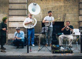パリでの街頭パフォーマンス