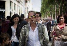 シャンゼリゼ通りを歩く変な男