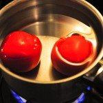 トマト湯むき中