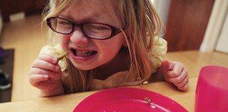 嫌いな食べ物を食べる女の子