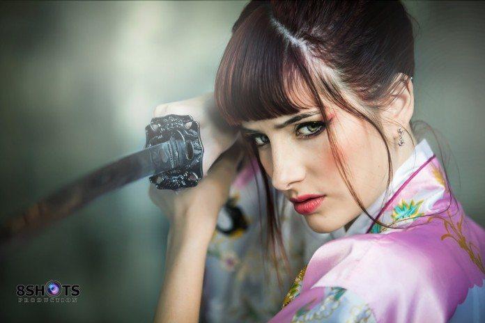 日本刀を構える外国人女性