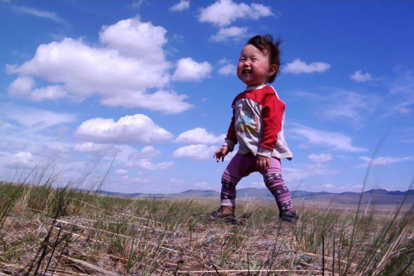モンゴルの赤ちゃんは広い大地でのびのびと・・・