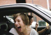 爆笑する女性