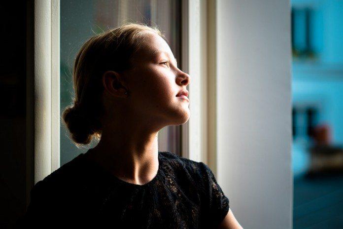 窓の外を見つめるフランス人女性