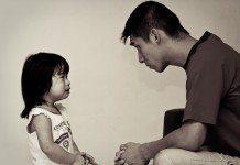 子供を叱る父親