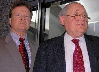 レビン米上院軍事委員長(右)