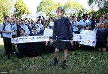 学校に妹のスカートをはいていった少年