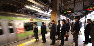 地下鉄のホームに並ぶ人たち