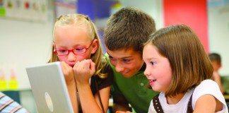 パソコンの前に向かう海外の子供たち