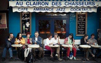テラス席に座るフランス人