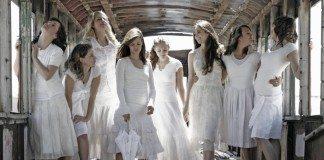 白の服を着た女性たち