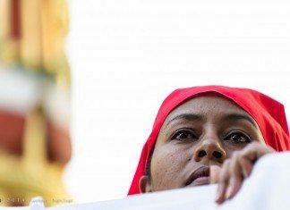 涙目で遠くを見つめる女性