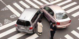 交通事故後、警察が来るのを待つ日本人
