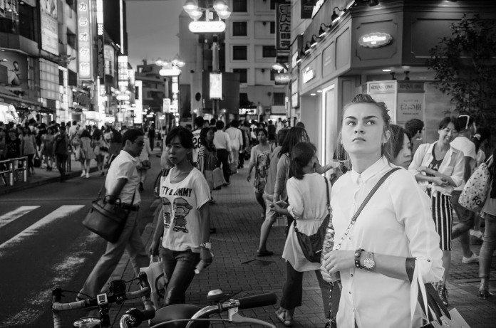 東京の雑踏を歩く外国人女性