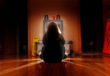 テレビの前に座る女性