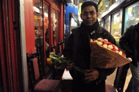 フランスの街中でバラを売る人