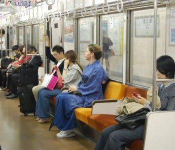 【海外の反応】日本で「やっぱり自分は外国人だな」と感じる瞬間は?