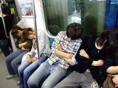 電車の中で居眠りできる日本人