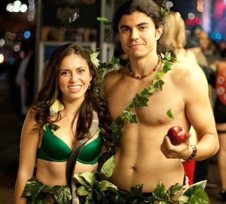 ボディラインに自信のあるカップルにはぜひ挑戦してもらいたい。ベージュの下着(水着)と葉っぱ、蛇のおもちゃにりんごが必要。