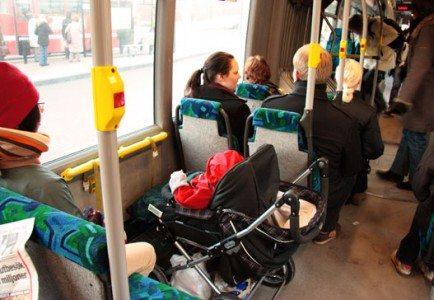 ベビーカー用のスペースが確保された設計のバス内