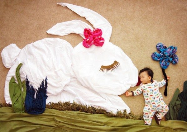 とってもかわいい!赤ちゃんのお昼寝写真で「寝相アート」画像18枚