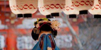 顔を隠す舞妓さん