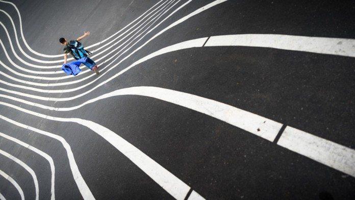 道路を歩く人