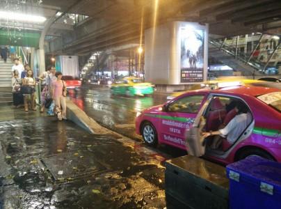 タクシー待ちのバンコク人