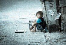 シリアの難民、道端に座る子供