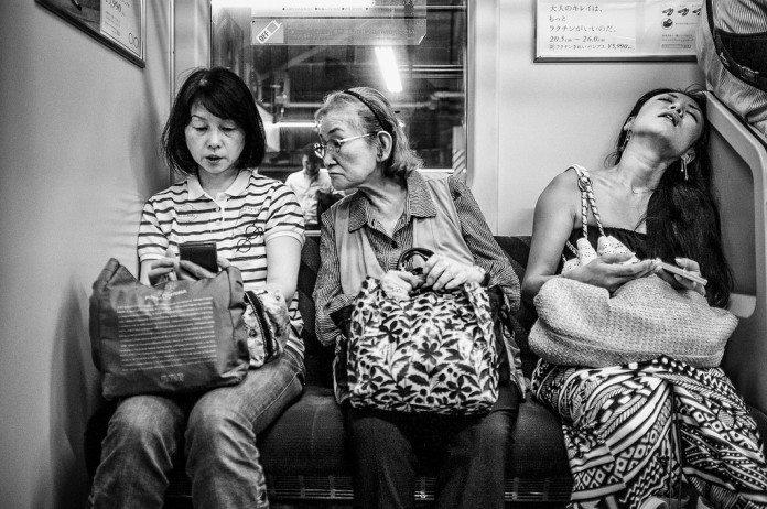 電車の中の女性たち