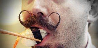 寿司を食べるムシュー