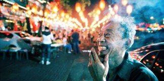 道端で煙草を吸う男性