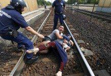 ハンガリー鉄道混乱で電車から降ろされた男性