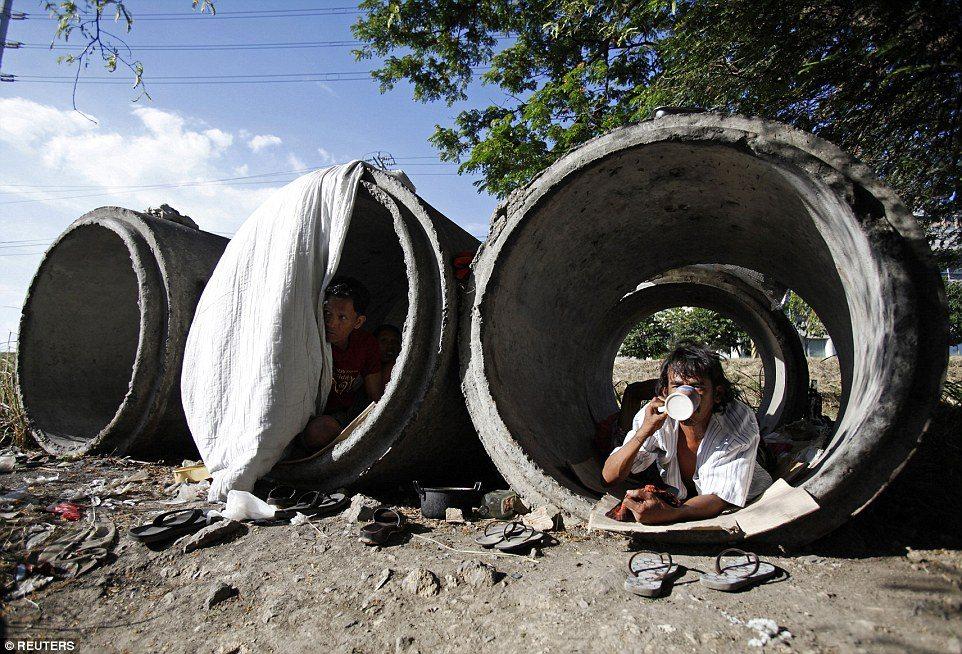 マニラのスラム街、土管で暮らすフィリピン人の現状がわかる写真