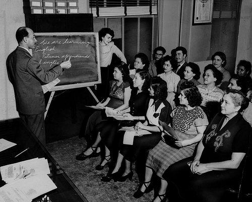 女性のほうが英語ができるのはなぜ?女性と言語の興味深い関係