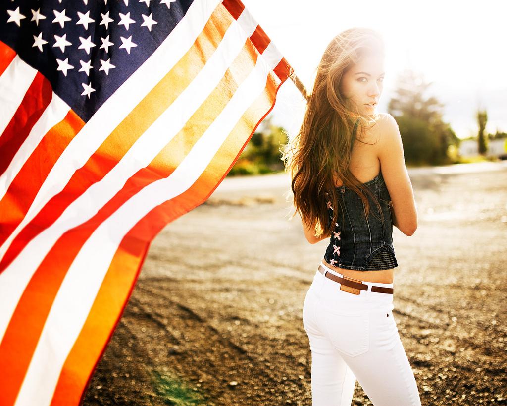 アメリカ国旗を持つ姿がおしゃれでかっこいい壁紙