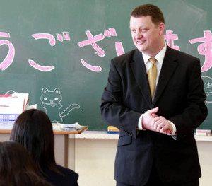 外国語で仕事をする人が母国語話者に比べて優位なのはなぜか?