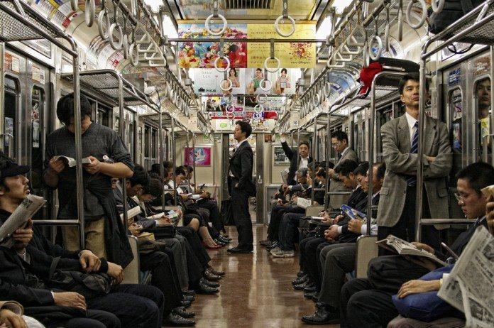 外国人の疑問|なんで日本人は電車で老人に席を譲らないの?